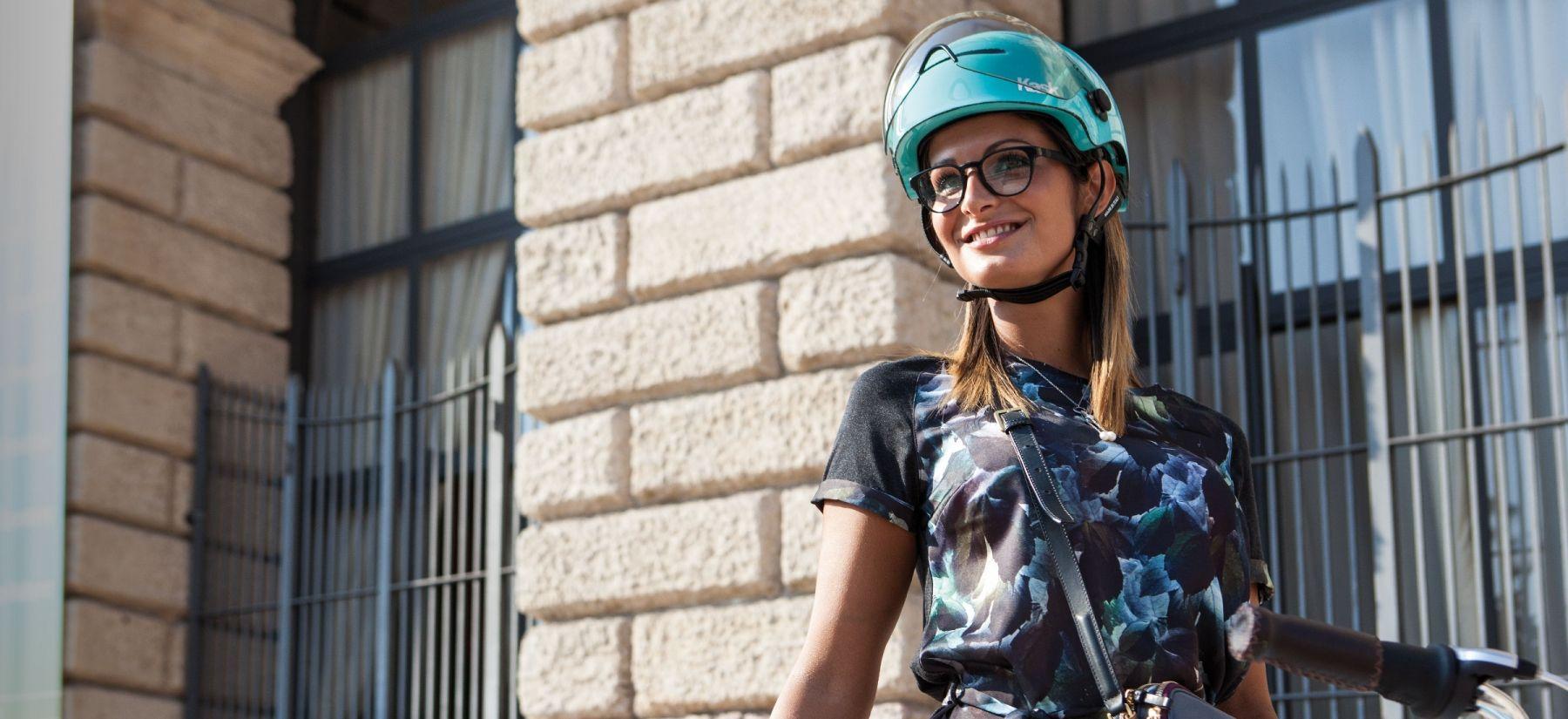 Femme portant un casque bleu Kask lifestyle
