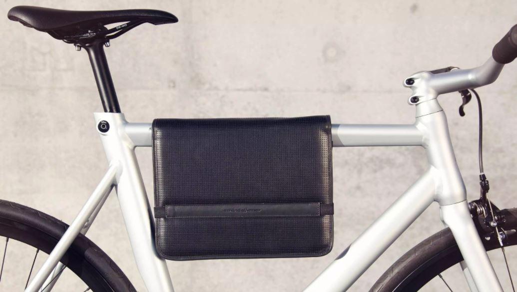 Sacoche en cuir sur un vélo homme blanc