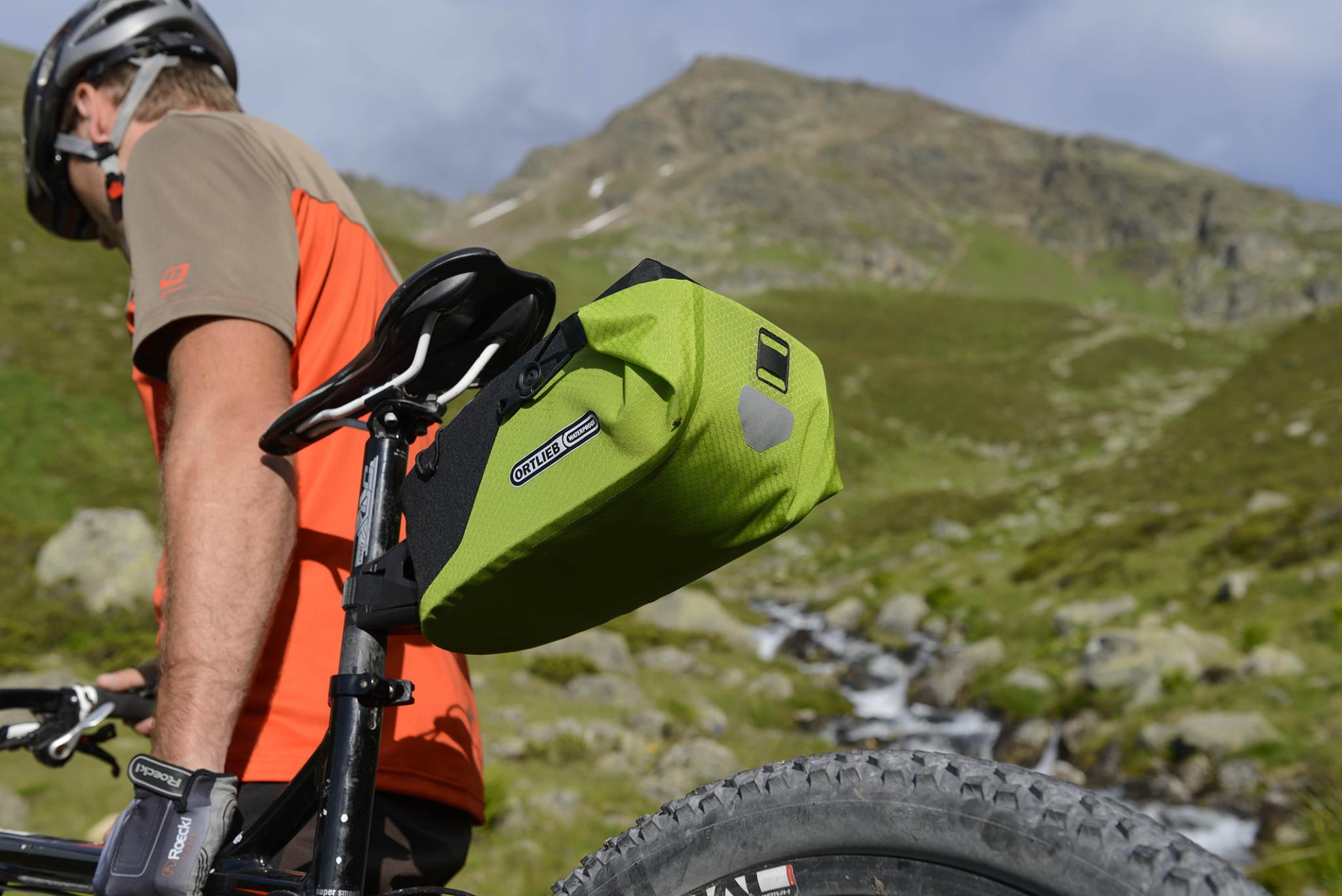 Cycliste qui porte son vélo bikepacking